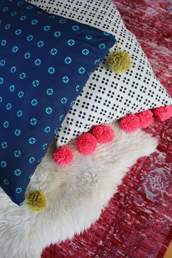 Pom pom floor pillow tutorial